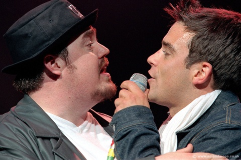 Phil Jupitus and Robbie Williams performing live at the Ian Dury Tribute concert, Brixton Academy, 16th June 2000