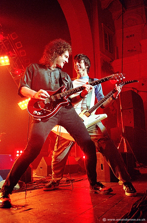Brian May plays with Dave Grohl as special guest (with Roger Taylor) at the Foo Fighters gig, Brixton Academy, 25th November 1999